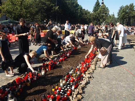 Veřejné rozloučení s dvaceti horníky, kteří zahynuli v dole Handlová při výbuchu. (20. srpna 2009)