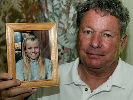 Šedesátiletý Carl Probyn drží fotku své nevlastní dcery Jaycee Dugardové (27. srpna 2009)