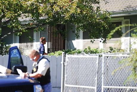 Agenti FBI prohledávají dům manželů Garridových, kteří jsou podezřelí z únosu Jaycee Dugardové (27. srpna 2009)