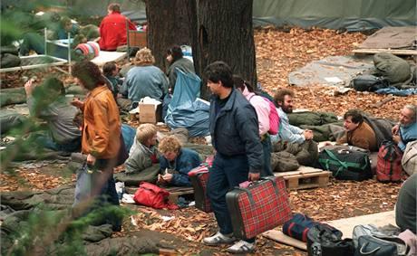 Stovky východoněmeckých uprchlíků přebývaly na nádvoří ambasády Západního Německa od srpna do začátku listopadu 1989.