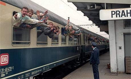 Východoněmečtí uprchlíci odjíždějí vlakem z Prahy do Západního Německa. (4. října 1989)