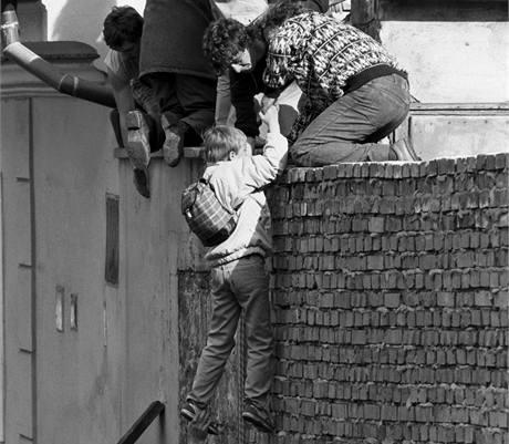 Východní Němci přelézají přes zeď velvyslanectví NSR v Praze (3. října 1989)