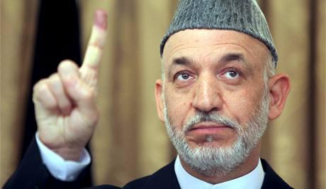 Afghánský prezident Hamíd Karzáí ukazuje inkoustem obarvený ukazováček po svém hlasování v prezidentských volbách. (20. srpna 2009)