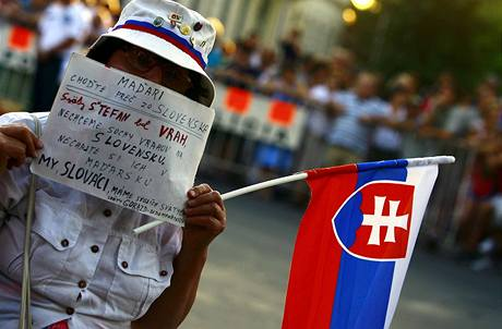 Slovensko odepřelo maďarskému prezidentovi Sólyomovi vstup na své území. V Komárnu na něj přitom čekaly dvě tisícovky lidí (21. srpna 2009)