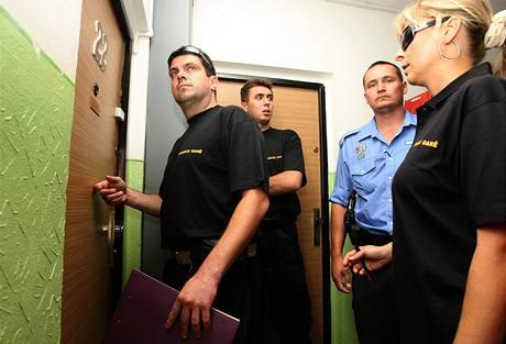 Správci daně za asistence strážníků dnes vymáhali dluhy od chomutovských neplatičů (25. srpna 2009)
