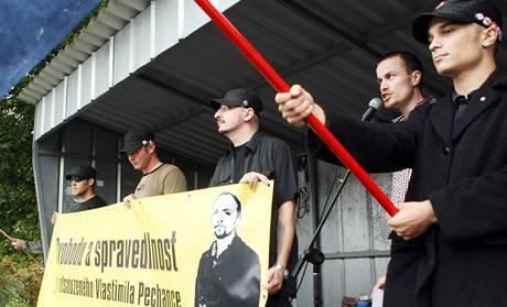 Sraz pravicových radikálů ve Svitavách. U mikrofonu organizátor akce Jiří Švehlík, člen Národního odporu a Dělnické strany.