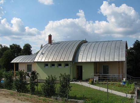 Ze strany odvrácené od řeky působí dům pouze jako malý přízemní domek