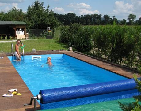 Sázava bývá občas hodně špinavá, proto přijde bazén s čistou vodou vhod