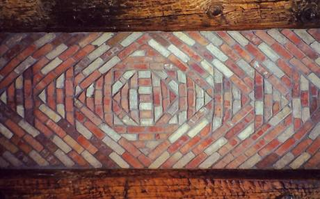 Detail klenby mezi dřevěnými trámy