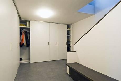 Hala v suterénu je vybavena vestavěnými skříněmi vyrobenými na míru