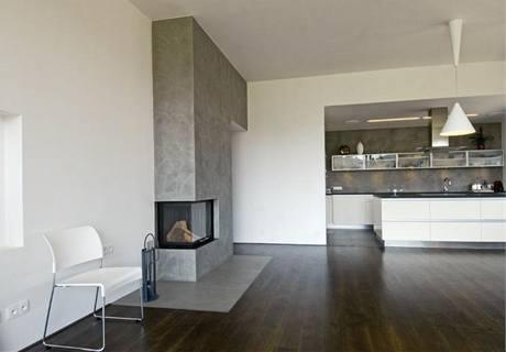 Estetika obývacího pokoje je založena na kontrastu jemných a hrubých struktur, bílé, šedé a dezénu tmavého dřeva
