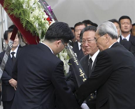 Severokorejská delegace věnovala památce Kim Te-džunga věnec se zdravicí Kim Čong-ila (21. srpna 2009)