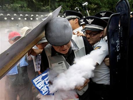Proti příjezdu severokorejské delegagace protestovaly v ulicích Soulu stovky demonstrantů (21. srpna 2009)