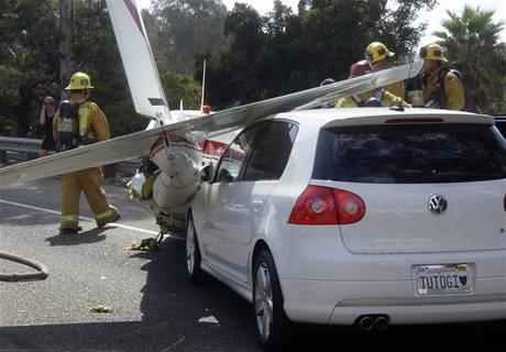 Letoun Piper Comache nouzově přistál uprostřed dálnice poblíž kalifornské Santa Barbary. (24. srpna 2009)