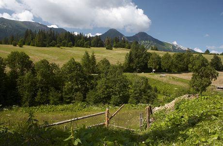 Slovensko. Pohled ze Ždiaru na Ždiarskou Vidlu a Havran (dva nejvyšší vrcholy Belianských Tatier)