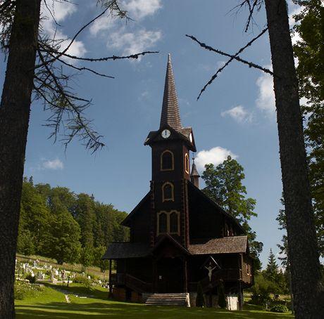 Slovensko. Dřevěný kostel lidové architektury v Tatranské Javorině (výběžek Rogové pod Belianskými Tatrami)