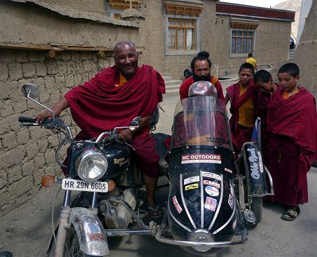 Budhističtí mniši byli motorkami a sajdkárou, na které vozíčkářka Jana Fesslová zdolávala Himálaj, nadšeni