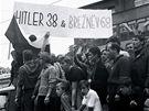 21. srpen 1968 v Brn� - protesty p�ed hlavn�m n�dra��m
