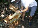 Rámky určené ke stáčení, očištěné od včel, se ukládají do uzavíratelné bedýnky, aby se k nim nedostaly meduchtivé včely