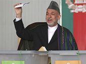Svůj hlas už vhodil i favorit současných voleb Hamíd Karzáí (20. srpna 2009)