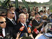 Maďarský prezident Lászlo Sólyom na hraničním mostě mezi Maďarskem a Slovenskem u Komárna (21. srpna 2009)