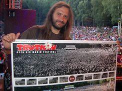 Zakladatel trutnovského festivalu Martin Věchet ukazuje skupinovou fotografii pořízenou na loňském ročníku přehlídky