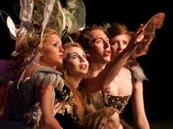 Z inscenace Sen noci svatojánské - Steven Blakeley v roli Puka a víly