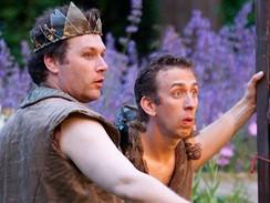 Z inscenace Sen noci svatojánské - Steven Blakeley v roli Puka (vpravo) a David Davies coby Oberon