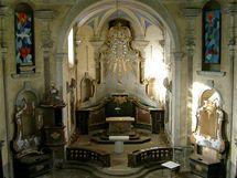 Vyrabovaný interiér kostela. Nad oltářem schází kopie obrazu Panny Marie Pomocné, který v kostele nyní je.