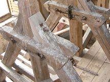 Zvonové stolice z roku 1936. Zvony ve Skocích nejsou - některé zabavili za 1. světové války, jeden ukradli zloději, jeden schovali premonstráti do depozitáře.