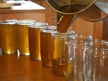 Čistý med, který se už jen slije do čistých sklenic