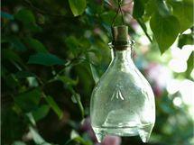 Skleněné či plastové lapače k zavěšení na strom se osvědčily. Přeci jen počet otravných vos dokáží eliminovat
