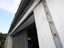 Na dveře garáže přidělal majitel ocelový rám, na který přijde silikon a poté ocelové pláty