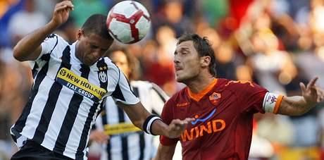 AS Řím - Juventus: Felipe Melo (vlevo) hlavičkuje před Francescem Tottim