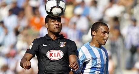Malaga - Atletico Madrid: hostující Cleber Santana (vlevo) hlavičkuje před Valdo Lopesem