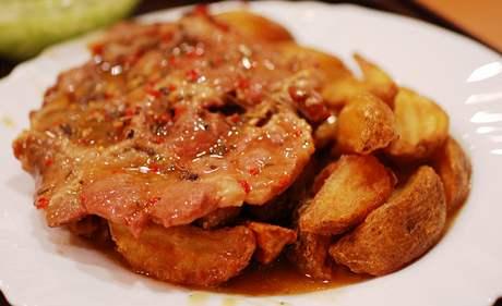 Jídelna Beta: Krkovice s pepřem a americké brambory
