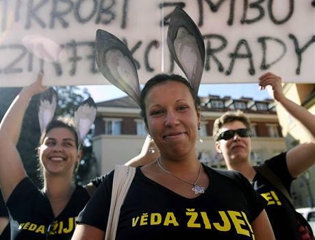 Vědci a jejich příznivci demonstrovali při příležitosti diskuse o budoucnosti české vědy. (31. srpna 2009)