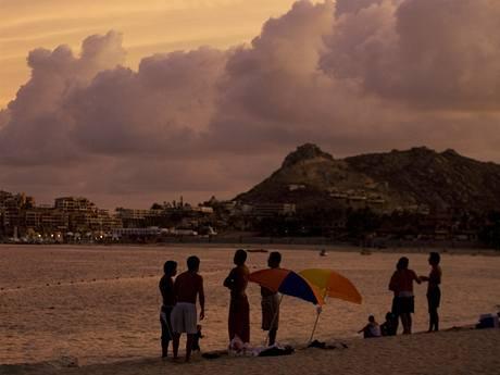Lidé sledují s obavami mraky nad pláží Cabo San Lucas v severozápadním Mexiku (31.8.2009)