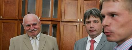 Pavel Mokrý (vlevo), primátor Brna Roman Onderka a majitel klubu 1. FC Brno Roman Pros