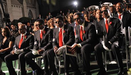 Sourozenci Michaela Jacksona na smutečním rozloučení oblékli mimo jiné i pověstnou stříbrnou rukavici (Los Angeles, 3. září 2009)