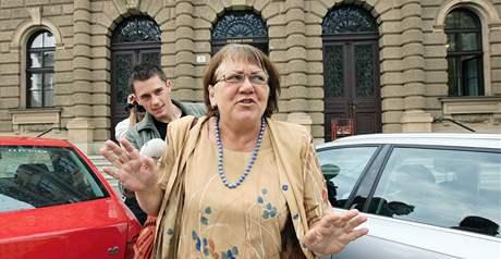 Soudkyně Eliška Wagnerová opouští budovu Ústavního soudu v Brně. (2. září 2009)