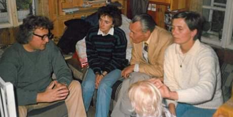 Zdeněk Rotrekl (druhý zprava) s manželi Kotrlými a sestrou faráře Františka Lizny, Černovice 1987