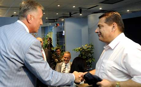 Předseda ODS Mirek Topolánek (vlevo) a předseda ČSSD Jiří Paroubek před diskusním pořadem Otázky Václava Moravce Speciál. (1. září 2009)
