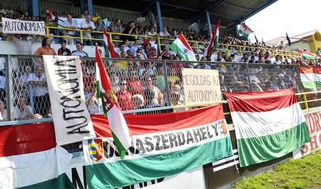 Na stadion v Dunajské Stredě přišly čtyři tisícovky Maďarů, nelíbí se jim slovenský jazykový zákon (1. září 2009)