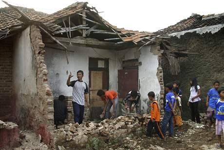Zemětřesení postihlo nejvíce vesnice na západě ostrova Jáva (2. září 2009)