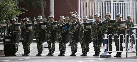 Ulice Urumči hlídají tisíce vojáků a policistů (4. září 2009)
