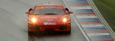Ferrari víkend začal tréninkem za deště.
