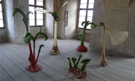 Severočeská galerie výtvarného umění v Litoměřicích; Karel Pauzer (1935): Společenství, 2006-2009, kewramika, ocel, laminát, barvy