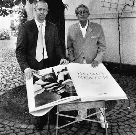 Kolín nad Rýnem, červen 1999: Fotograf Helmut Newton (vpravo) a nakladatel Benedikt Taschen s jedním z prvních kusů knihy SUMO na zahradě vydavatelského domu.