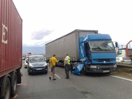 Nehoda dvou kamionů a osobního vozu na Novořeporyjské ulici v Praze (3.9.2009)